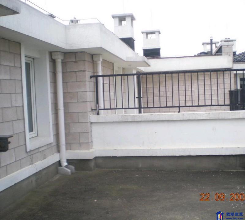 主卧室带卫生间,落地窗阳台