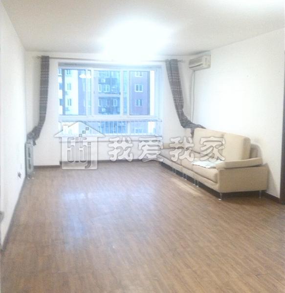 房子的装修很好,客厅是地板砖