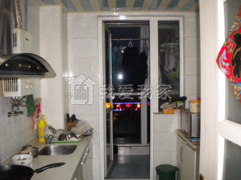 次卧,厨房朝东,餐厅有窗子朝西,卫生间是明卫朝西.