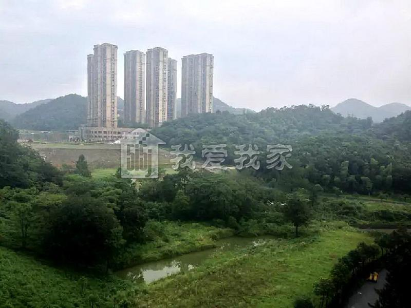 铁塔和山的背景图片